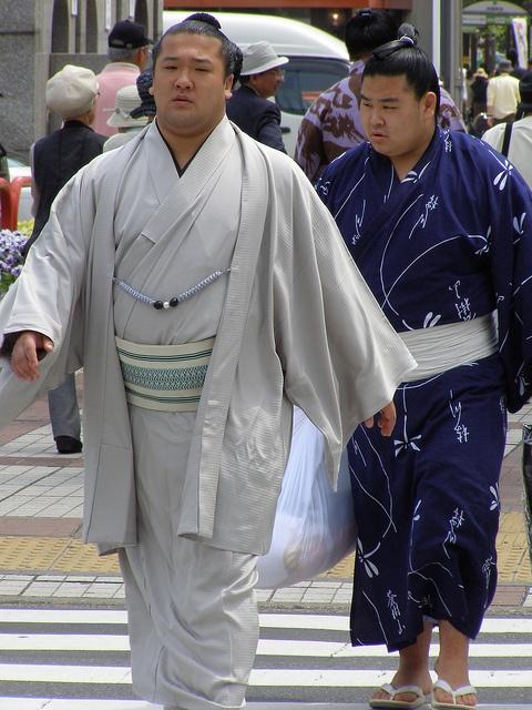 Kimono voor mannen. Sumoworstelaars dragen kimono's bij publieke verschijningen.